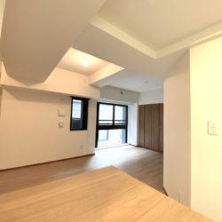 六角さんと親しまれている六角堂の目の前、美しき京都の都会を堪能できる四条烏丸の1LDKマンションに住まう。