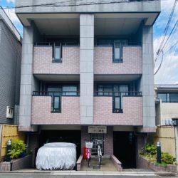 近くには三十三間堂、京阪本線七条駅から徒歩4分で便利さもあり、小さなカフェやレストランも多い。ペット可の賃貸マンションです。