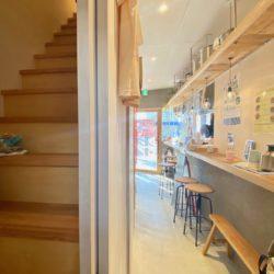 エントランスは1ヶ所になり、1Fのカフェを通り2Fへと上がります。